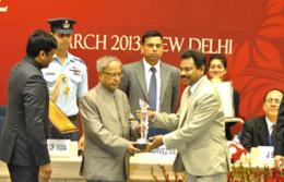 Mr. Suman Billa, (right) receiving the award from Mr. Pranab Kumar Mukherjee